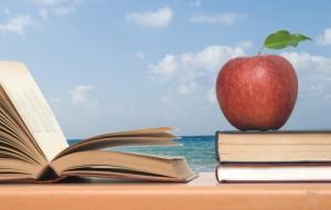 Böcker och äpple vid havet